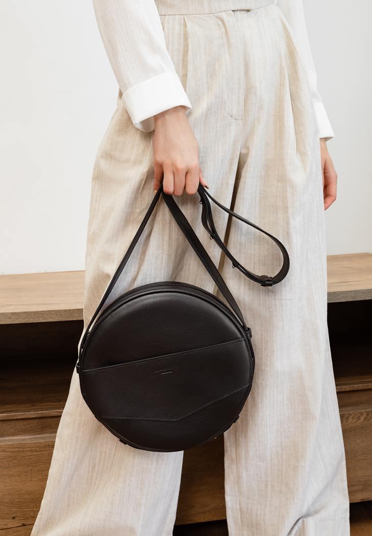 Фото Кожаная женская круглая сумка-рюкзак Maxi черная