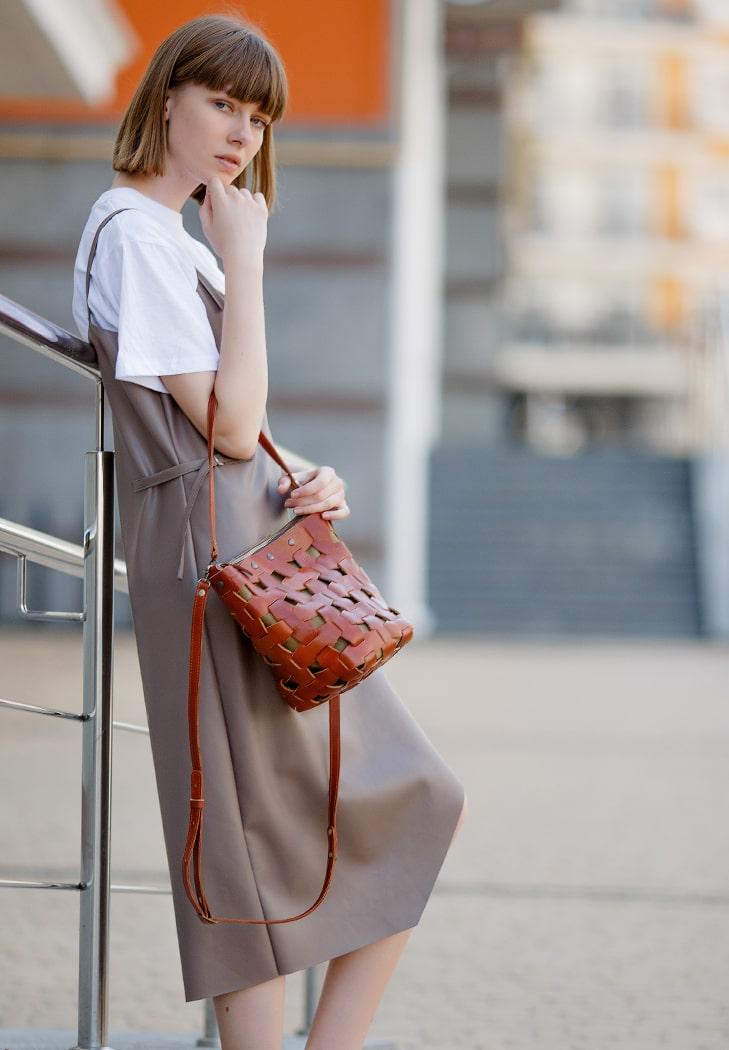 Фото Кожаная плетеная женская сумка Пазл M светло-коричневая Krast