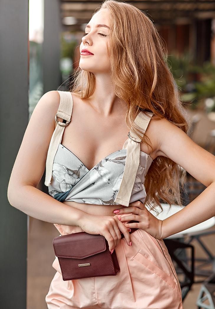 Фото Женская кожаная сумка поясная/кроссбоди Mini бордовая
