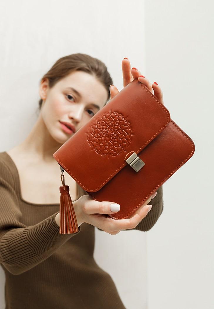 Фото Кожаная женская бохо-сумка Лилу светло-коричневая